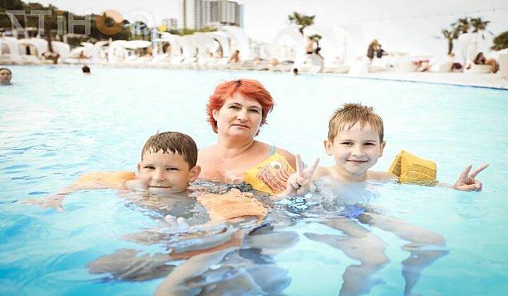 Berenang dan lihat anak-anak kecil